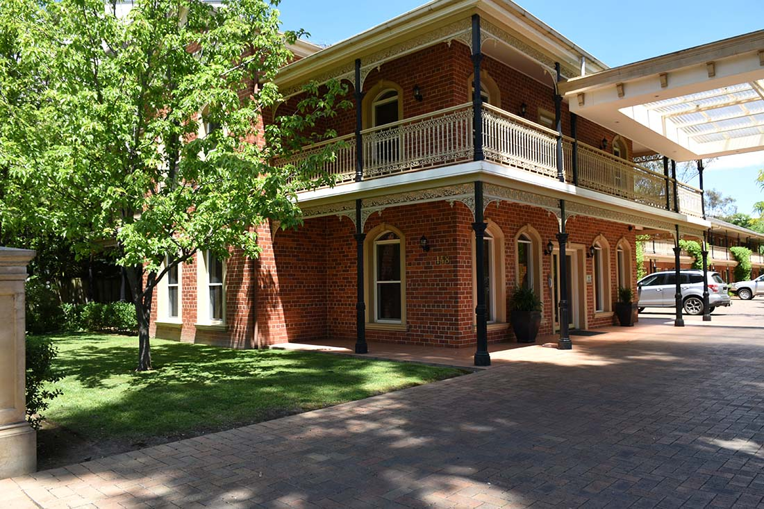 Outside view of the Carlyle Suites and Apartments in Wagga Wagga